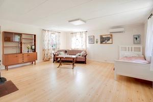 Vardagsrum/sovrum. Foto: Fastighetsbyrån Köping