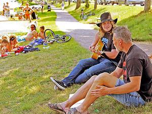 Johan Bergström och  Marcus Mikanovic samlade in pengar genom att underhålla turister och Hjobor med sång och musik.FOTO: Siewert Anderson