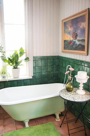 I delar av det som tidigare var enrummarens kök finns idag ett badrum med tassbadkar och konst på väggarna.
