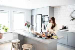 Köket är en plats där Anna trivs extra bra. Att bjuda hem vänner är ett av hennes stora intressen och det öppna köket blir en naturlig mötesplats.