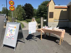 I år har Korntäppans sommarjobbare ett litet café utanför loppisen.