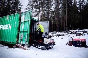 Kent backar ut skotern som används för att dra skidspåren. Ur samma container fick föreningen sin fyrhjuling stulen någon gång mellan fredag eftermiddag och lördag förmiddag.