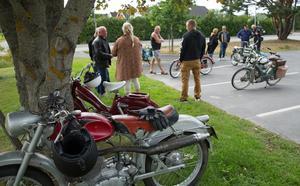 Innan de kör iväg kollar de igenom sina mopeder och pratar sinsemellan.