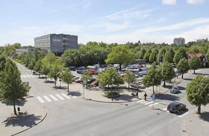 Kommunen tar ett nytt grepp om Alkärrsplan. Viljan är bygga bostäder och handelslokaler på parkeringsplatsen.