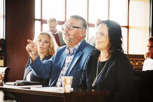 Kommunpolitikerna Kenneth Holmström (M) och Marie Larsson (S) var lyriska när de berömde Olle Larssons planer för Dragon Gate.