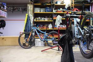 Mitt i bilden syns Robin Wallners tävlingscykel. Bakom hyllorna har han sitt hemmagym.