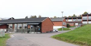 Längan som ska bli ny förskola (i mitten med vit grund) ligger i området med skolor och förskolor i Bjursås.