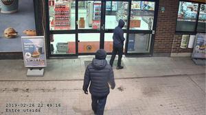 Svartklädda och maskerade kliver pojkarna in på bensinstationen. Bild ur polisens förundersökning