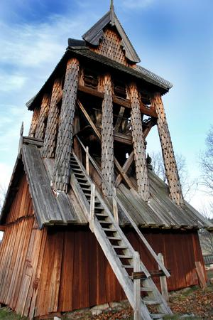Klockstapeln vid Trönö gamla kyrka påminner om norska stavkyrkor.