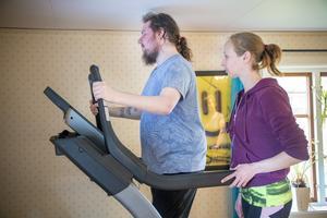 Assistenten Christina Glad hjälper Fredrik med den dagliga träningen.