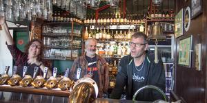 Maria Lydén, Bertil Johansson och Tommy Westermark är tre av fyra ägare av puben Eight Friends Inn. Den fjärde är Tina Clemmedsson. På nationaldagen fyller puben fem år.