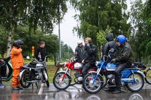 I fjol lockade mopedutflykten ett 60-tal deltagare – men i år ställde vädret onekligen till det.