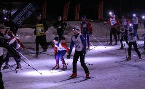 Med pannlampor gav sig löpare och skidåkare ut i naturen kring Bruksvallarna. Foto: Per Jarefjord