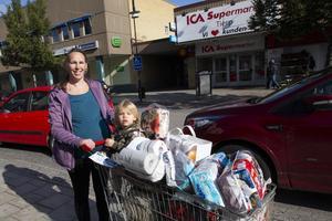 Patricia Gärdebrant med dottern Michelle Gärdebrant har storhandlat på Ica Supermarket i Tierps köping.
