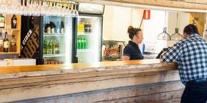 Susanne Hedin tar hand om en av kunderna i värdshusets restaurang.