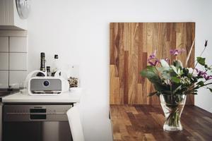 Matbordet i massivt trä är väggfast.Foto: Erik Simander/TT