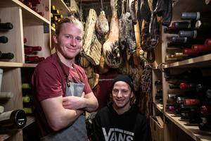Bröderna Rasmus och Emil Bertilsson driver Skoogs Krog & Logi. De drivs av ett hållbarhetstänk som tar sig uttryck i ett stort utbud av naturviner och lokalproducerade råvaror. Foto: Jocke Lagercrantz