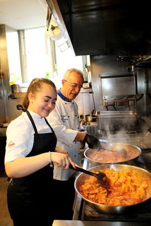 Morfar Salvatore och Alva lagar pasta i köket på Limone.