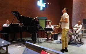 Jazzbandsledaren Lukas Johansson räknar in Thomas Sondell piano, Johan Drejare elbas och Kenneth Nordwall trummor.