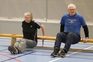 Inger Lindberg och Gunnar Lindberg i en enkel men lite jobbig bänkövning.