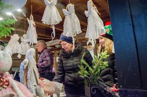 Maria och Alice Toll från Vedevåg kikar runt bland alla julsaker.
