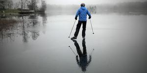 Vinnarbilden i december 2018. När skridskoisen är som bäst på Långforsen, då passar vissa på att utnyttja glidet. Foto: Lena Ekman