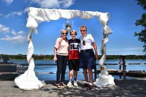 Cerstin och Carl-Erik  Eriksson blir vigda på låtsas av barnbarnet Mauro Söderoth (i mitten), men de är redan gifta sedan 30 år.
