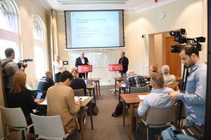 LO presenterar beräkningar om hur Sverigedemokraternas ekonomiska politik slår mot välfärden under en pressträff i Stockholm förra veckan. Bild: Fredrik Sandberg/TT