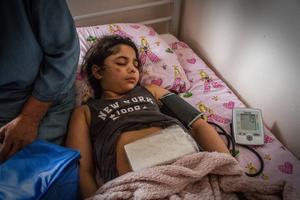 Elisabeth undersöker Leylas puls och blodtryck. Därefter lägger hon en iskall kylklamp på Leylas mage och gör om samma procedur. För oss andra skulle både puls och blodtryck förändras, eftersom vi skulle uppleva obehag från den iskalla kylklampen, men Leylas värden är de samma.
