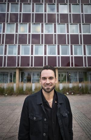Kristoffer Lindberg utanför Bollnäs stadshus med sin tidstypiska arkitektur från 1960-talet.