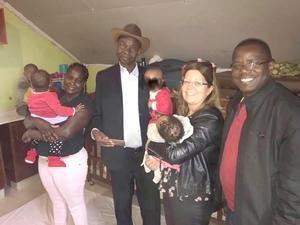 Vicki, Henrik och Alex hann med ett studiebesök på ett barnhem under sin resa till Kenya. Med sig hade de en väska med barnkläder som mottogs med glädje.
