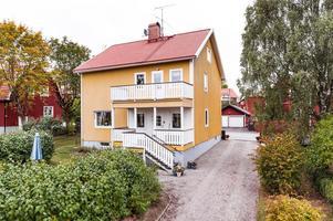 Villa på Elsborg i Falun byggd år 1920. Förutom 243 kvadratmeter boarea får man även 880 kvadratmeter tomt.  Foto: Kristofer Skogh/Husfoto.