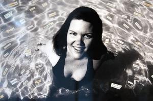 ´Bilder av konstnärerna själva används som material. Här Vanessa Sinclair med textremsor flytande i vattnet.