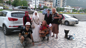 Under resan blev de inbjudna till olika hem och firanden. Här blev de inbjudna till ett bröllop. Foto: Privat