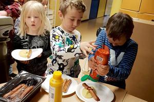 Fränstaskolans yngsta elever fick tisdagens lunch serverad inne i en av lektionssalarna.