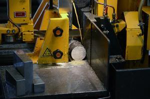 Kapning av råmaterial är första steget i det som ska bli en hydraulcylinder