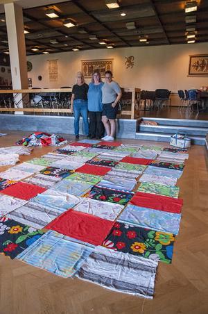 Eva Keiriö, Mariann Lundström, Maria Blomkvist har på bilden just påbörjat arbetet med lapptäcket. Foto: Tommy Sundström.