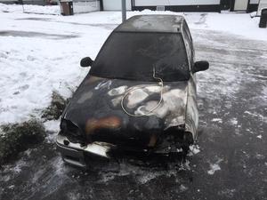 En motorvärmare i ett garage i Hofors började brinna och branden spred sig till en bil.