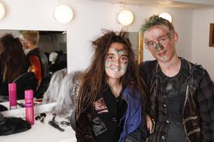 Foto: Jens KristenssonBella och Alvin Edberg i sminklogen, där de förvandlas till rollfigurerna Slightly och Curly.