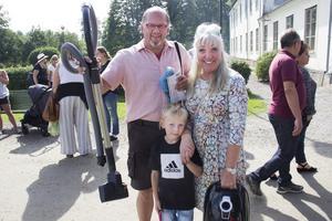 Sarah Vennerholm, Juhani Venderholm och barnbarnet Kevin Berglund gjorde fynd på loppmarknaden.