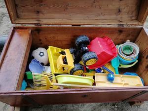 Leksakerna har trillat in från olika håll.