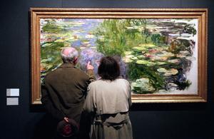 Foto: AP Photo/Suzanne PlunkettEtt par beundrar näckrosor målade av Claude Monet.