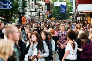 2008. Fullt med festivalbesökare i centrala Borlänge.