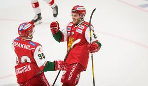 Moras Johan Persson (till höge) jublar över sitt 1–0-mål mot Timrå tillsammans med assistmakaren Daniel Ljunggren.