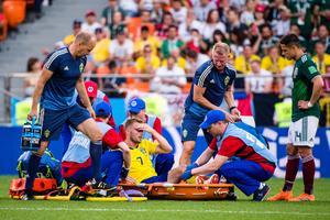 Sebastian Larsson tvingades byta mot Mexiko och blev dessutom varnad innan det och är därmed avstängd nästa match. Bild: Joel Marklund/Bildbyrån.