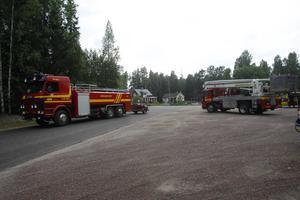 Räddningstjänsten har upprättat en brytpunkt i Dala-Floda under arbetet med bränderna i Björbotrakten. Foto: Fredric Gustafsson/Foto-Mike