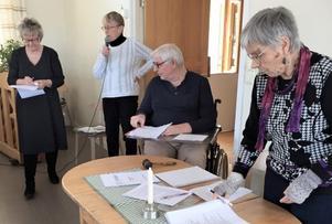 Ett 50-tal medlemmar kom till årsmötet i Fjällsta. Här ser vi, från vänster, Birgitta Marklin, Inger Andersson (föreningens ordförande), Kjell Olsson (ordförande för mötet) och sekreteraren Ruth-Marie Öhrn. Foto: Gertrud Sunding