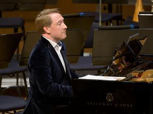 Sinfoniettans dirigent Simon Crawford-Phillips kommer att både dirigera och spela piano under fredagsföreställningen i Arboga. Arkivfoto: Lennart Hyse.