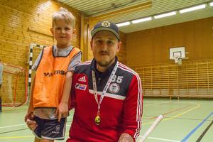 """""""Det roligaste är att vara med de stora pojkarna"""", säger Bobby Almqvist. Här tillsammans med pappa Jonas Almqvist som är en av ledarna."""