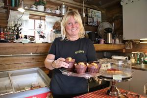 Anna-Lena driver ett kafé och har varierande arbetsuppgifter som att baka och stå i kassan och serva kunderna. Hon älskar sitt jobb.